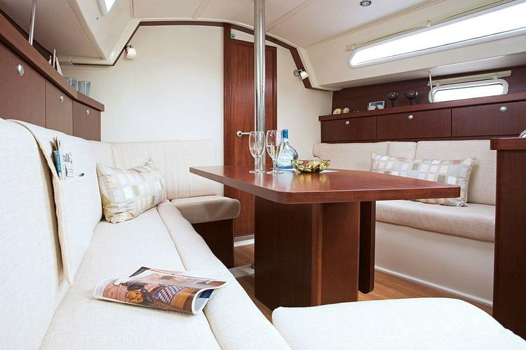 This 35.0' Hanse cand take up to 6 passengers around Athens