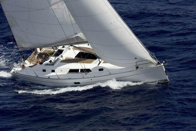 This 43.0' Hanse cand take up to 8 passengers around Athens