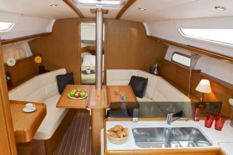 This 36.0' Jeanneau cand take up to 6 passengers around Athens