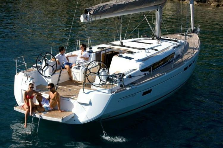 This 50.0' Jeanneau cand take up to 10 passengers around Athens