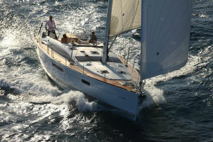 This 53.0' Jeanneau cand take up to 10 passengers around Athens