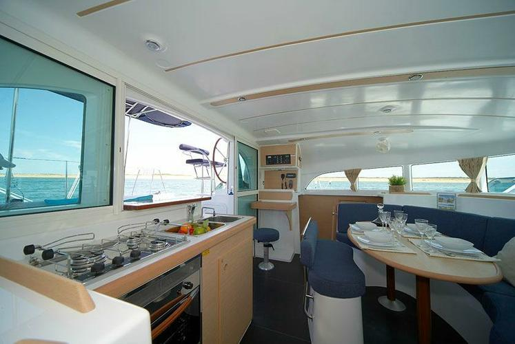 This 38.0' Lagoon cand take up to 8 passengers around Athens