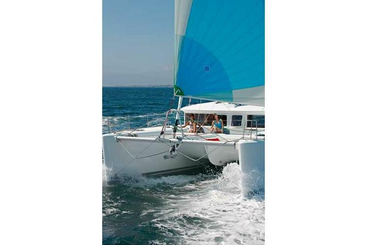 This 46.0' Lagoon cand take up to 8 passengers around Athens
