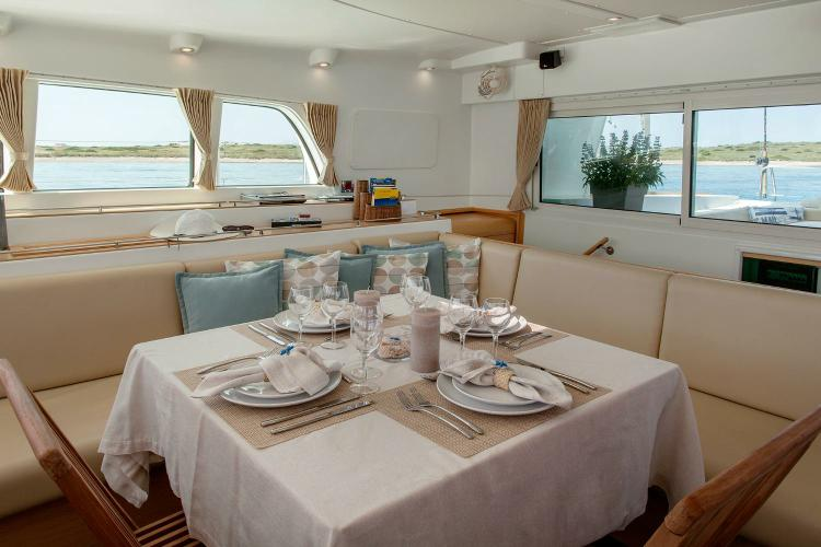 This 50.0' Lagoon cand take up to 10 passengers around Athens