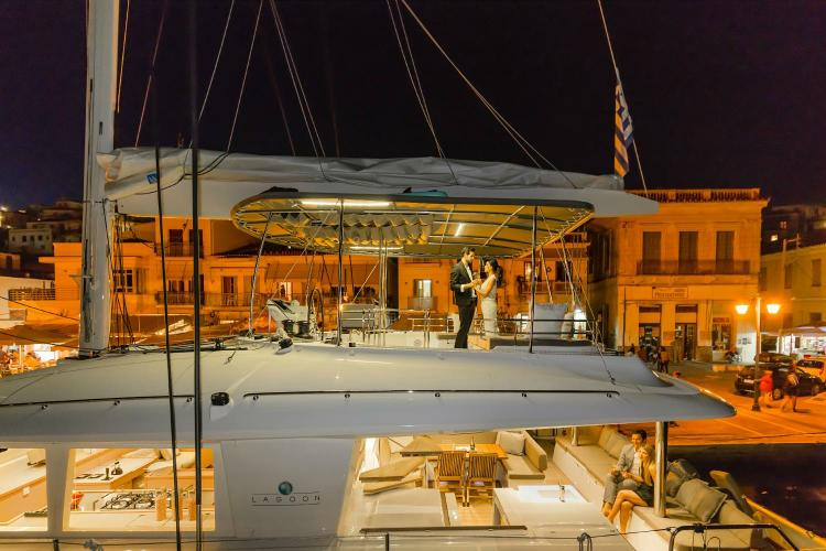 This 56.0' Lagoon cand take up to 10 passengers around Athens