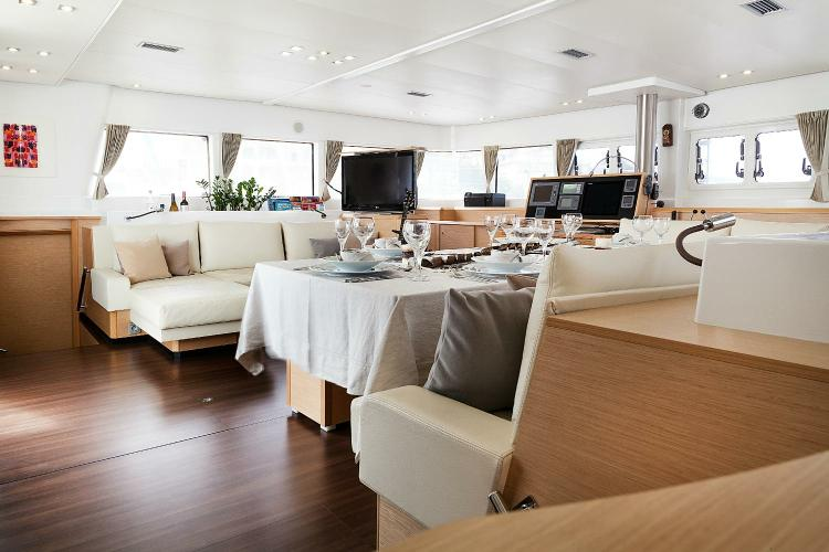 This 62.0' Lagoon cand take up to 8 passengers around Athens