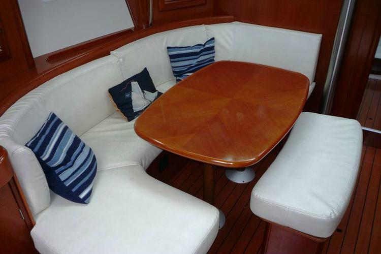 This 39.0' Beneteau cand take up to 6 passengers around Athens
