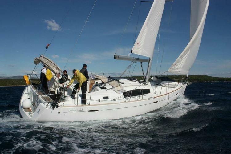 This 43.0'  Beneteau cand take up to 8 passengers around Athens