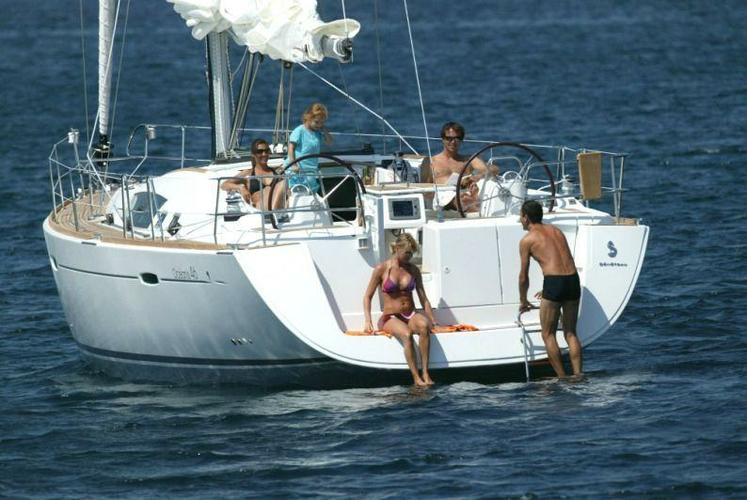 This 46.0'  Beneteau cand take up to 8 passengers around Athens