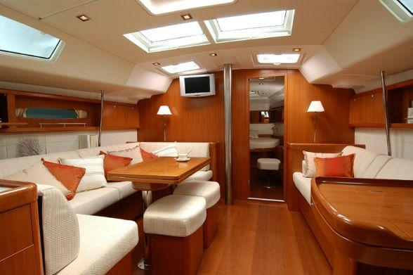 This 50.0'  Beneteau cand take up to 10 passengers around Athens