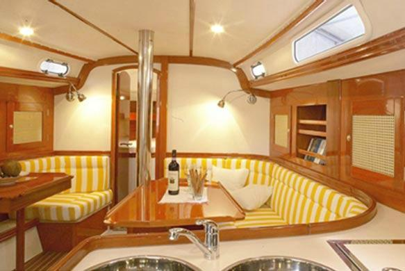 This 37.0'  Hanse cand take up to 6 passengers around Athens