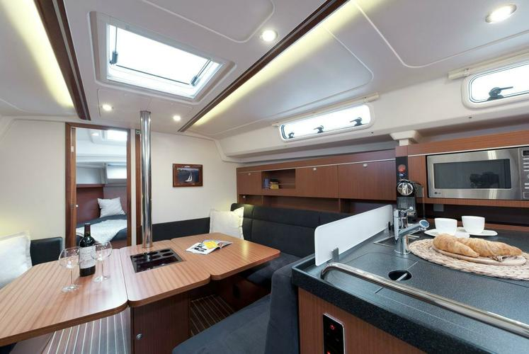 This 38.0'  Hanse cand take up to 6 passengers around Athens
