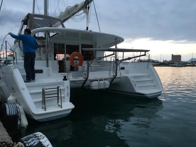 This 40.0' Lagoon cand take up to 8 passengers around Alimos