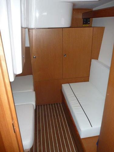 This 33.0' Bavaria Yachtbau cand take up to 5 passengers around Šibenik region