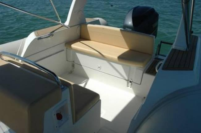 Discover Marseille surroundings on this TEMPEST 770 CAPELLI boat