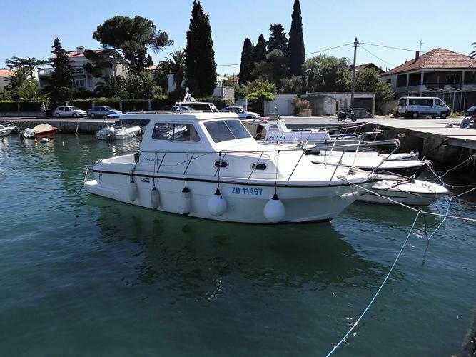 This 26.0' Damor cand take up to 4 passengers around Zadar region