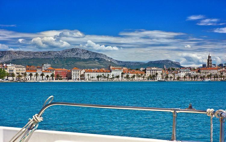 Discover Split region surroundings on this Elan Kiim Power 38 HT ELAN MOTOR YACHTS d.o.o. boat