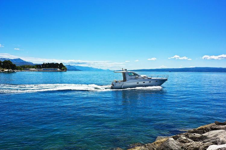 This 38.0' ELAN MOTOR YACHTS d.o.o. cand take up to 5 passengers around Split region