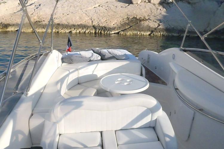 Discover Marseille surroundings on this SESSA 32 ISLAMORADA SESSA boat