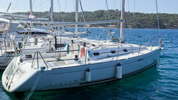 Discover Kvarner surroundings on this First 31.7 Bénéteau boat