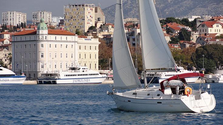 Discover Split region surroundings on this Oceanis Clipper 331 Bénéteau boat
