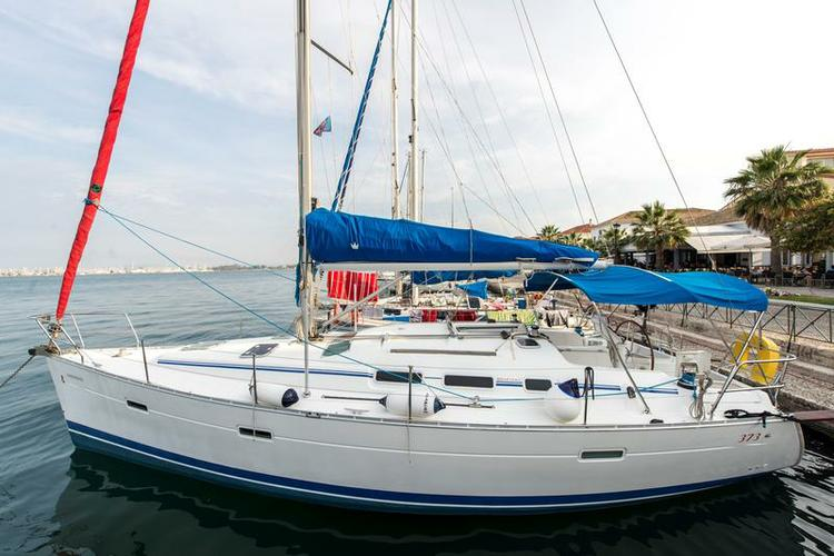 Take this Bénéteau Oceanis Clipper 373 for a spin !