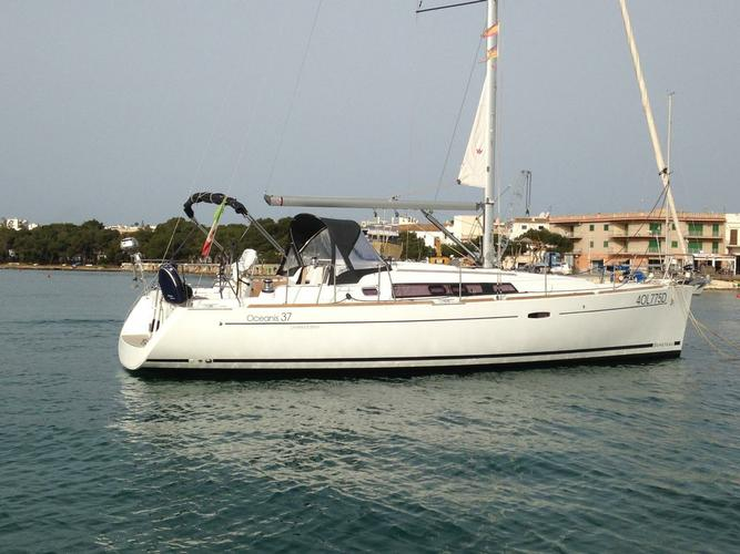 Sail Balearic Islands waters on a beautiful Bénéteau Oceanis 37