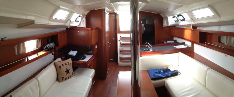 This 37.0' Bénéteau cand take up to 8 passengers around Balearic Islands