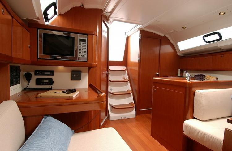 Discover Ionian Islands surroundings on this Oceanis 37 Bénéteau boat