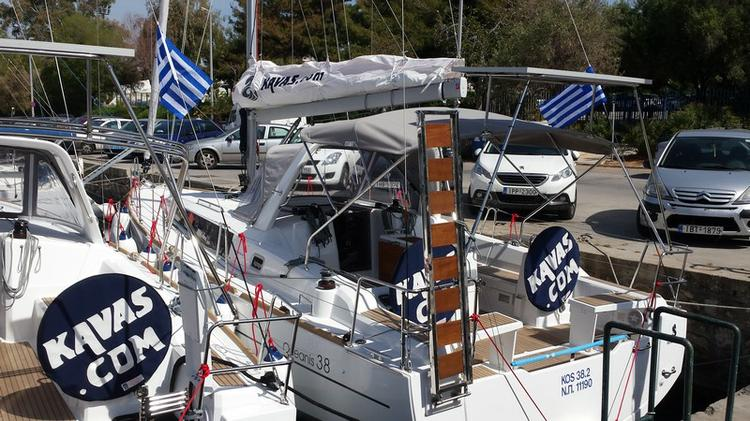 Discover Saronic Gulf surroundings on this Oceanis 38 Bénéteau boat