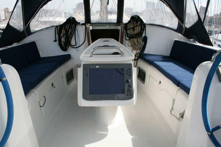This 39.0' Bénéteau cand take up to 6 passengers around Aegean