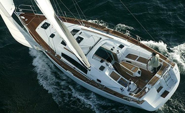 Get on the water and enjoy  in style on our Bénéteau Oceanis 40