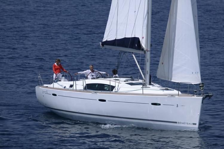 This 42.0' Bénéteau cand take up to 10 passengers around Saronic Gulf
