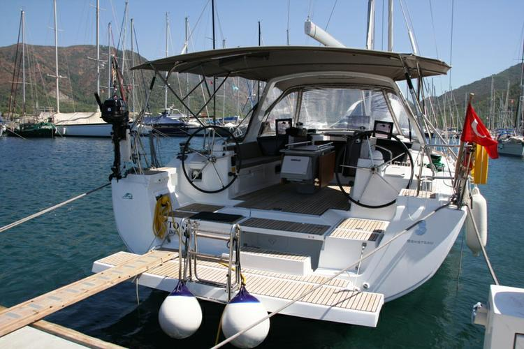 This 45.0' Bénéteau cand take up to 8 passengers around Aegean