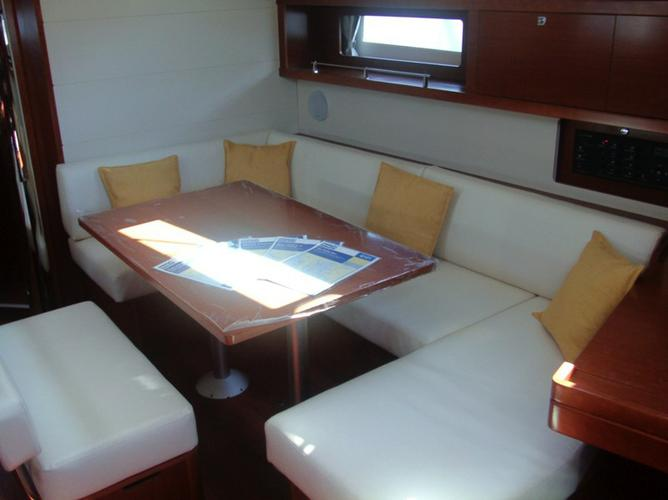 This 45.0' Bénéteau cand take up to 8 passengers around Saronic Gulf