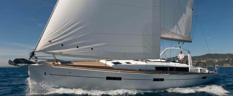 Jump aboard this beautiful Bénéteau Oceanis 45