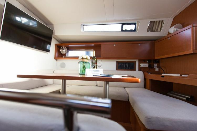 Discover Split region surroundings on this Oceanis 45 Bénéteau boat