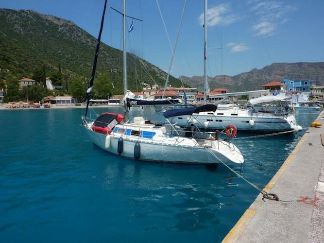 This 32.0' Dromor cand take up to 4 passengers around Saronic Gulf