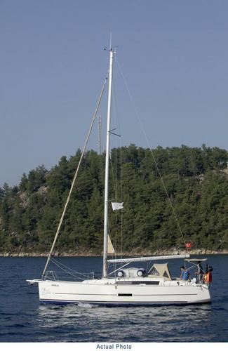 This 33.0' Dufour Yachts cand take up to 8 passengers around Aegean