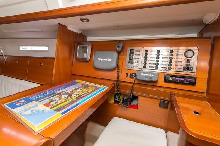 This 34.0' Dufour Yachts cand take up to 6 passengers around Šibenik region