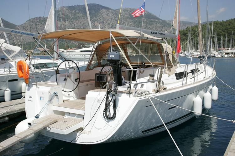This 44.0' Dufour Yachts cand take up to 6 passengers around Aegean