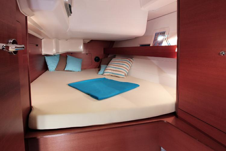 This 44.0' Dufour Yachts cand take up to 10 passengers around Azores