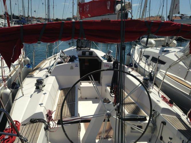 This 32.0' Elan Marine cand take up to 6 passengers around Split region