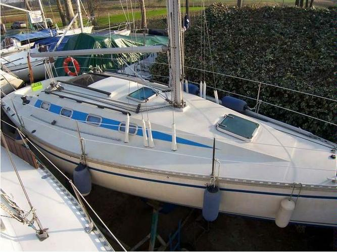 Beautiful Elan Marine ideal for sailing and fun in the sun!