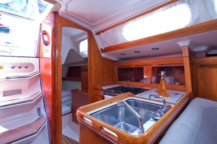 This 34.0' Elan Marine cand take up to 6 passengers around Split region