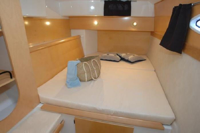 This 39.0' Fountaine Pajot cand take up to 9 passengers around