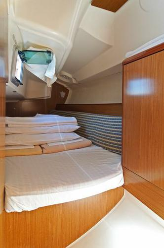 This 31.0' Jeanneau cand take up to 5 passengers around Split region
