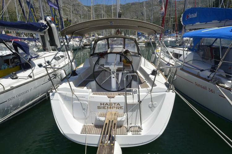 Discover Dubrovnik region surroundings on this Sun Odyssey 33i Jeanneau boat