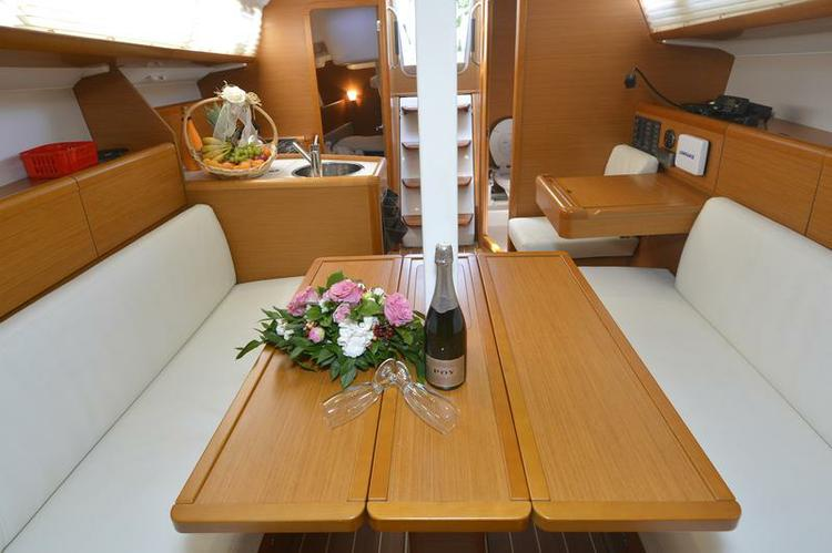 This 32.0' Jeanneau cand take up to 5 passengers around Dubrovnik region