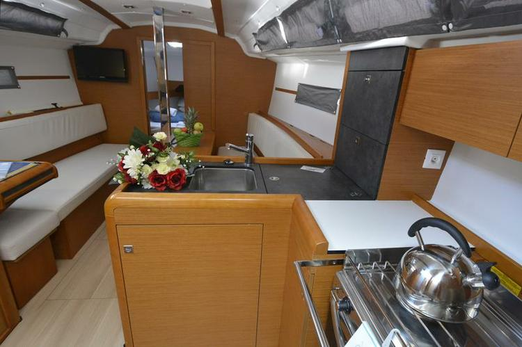 This 33.0' Jeanneau cand take up to 8 passengers around Dubrovnik region